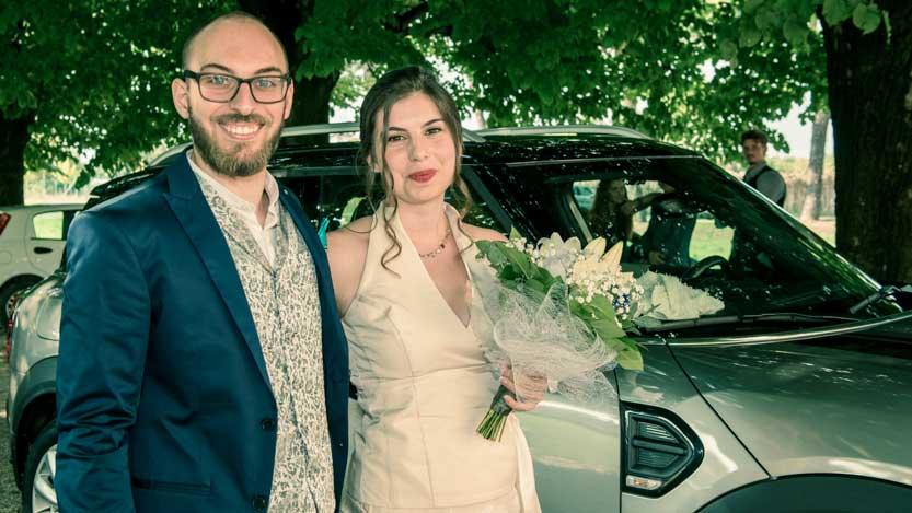 Cross processing applicato a coppia sposi a braccetto prima di entrare in Chiesa