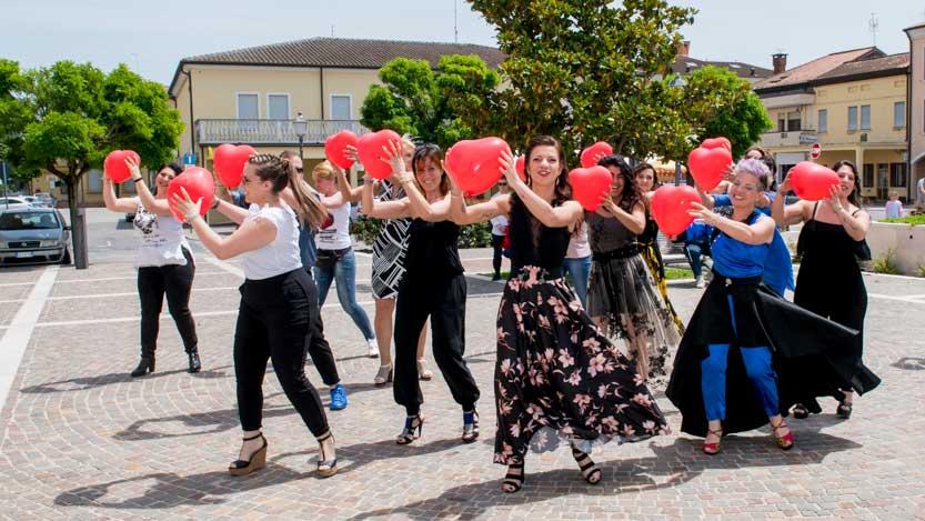 Fotoreporter matrimonio; gruppo di invitate che ballano in onore degli sposi