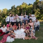 Fotoreporter-matrimonio con la-sposa in mezzo ad un gruppo di invitati