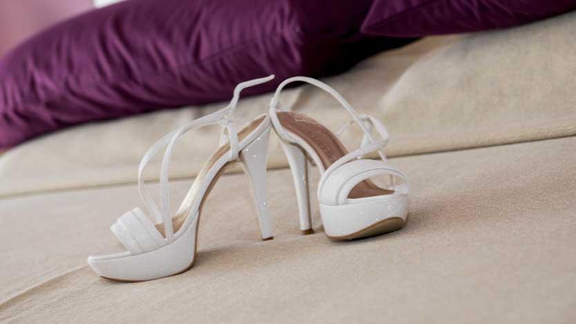 Still life di scarpe della sposa sul letto