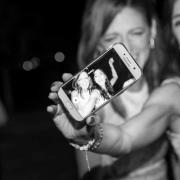 Videomaker matrimonio fotogramma di due invitate che si fanno il selfie con il cellulare