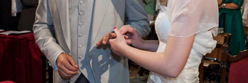 servizio-fotografico-matrimonio-low-cost due mani che si scambiano l'anello nuziale