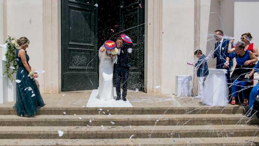 Sposi mentre escono dalla Chiesa con scudi da super eroi