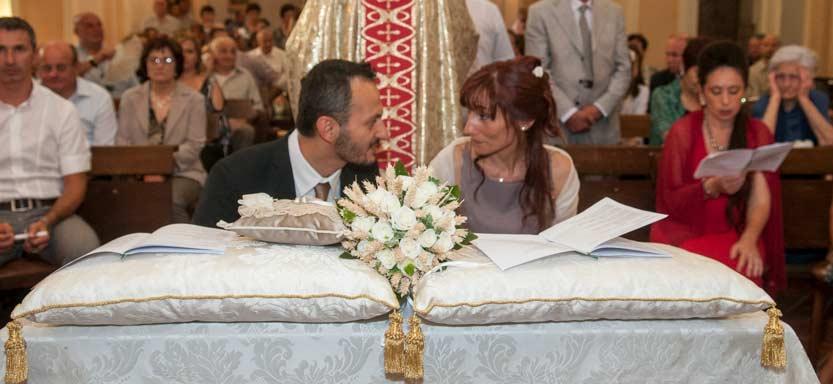 Il bouquet di rose bianche con spighe di grano sullo sfondo sposi che si guardano