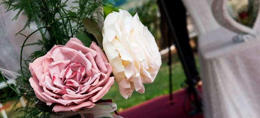 Coppia-di-rose-addobbo-floreale-di-un-matrimonio