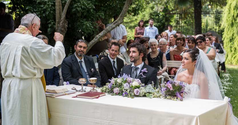 Borgo Fregnano gli sposi ascoltano il sacerdote durante l'omelia del loro matrimonio