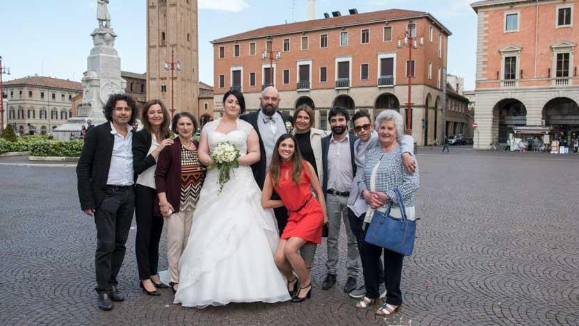 Fotografo matrimonio Forlì in P.Saffi a sposi e gruppo di amici