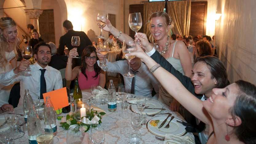 Villa Rota il brindisi di un tavolo di amici