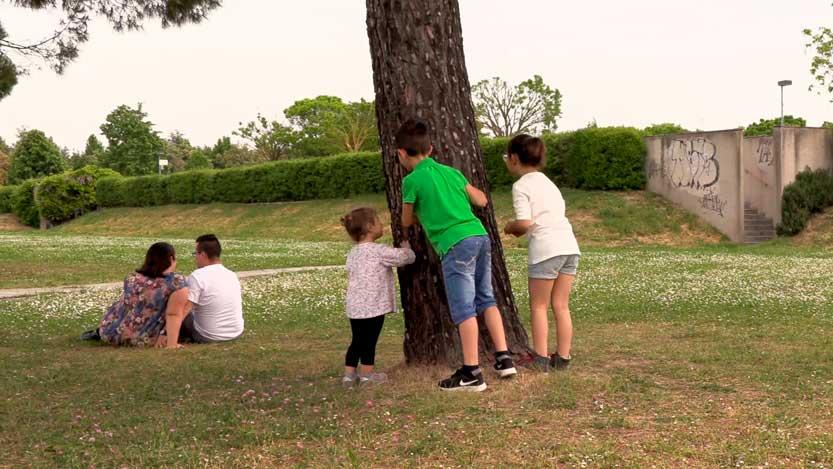 fotogramma di una video partecipazione dove i bimbi ascoltano il dialogo di mamma e papà