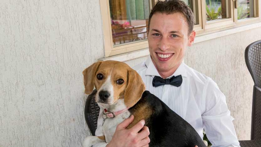 Cagnolina beagle tenuta in braccio dal suo padrone
