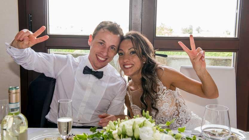 Fotoreportage matrimonio con tavolo nuziale disposto in controluce