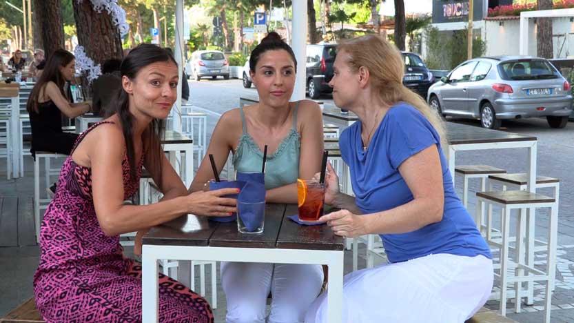 La-sposa-al-centro-con-le-amiche-sedute-al-tavolino