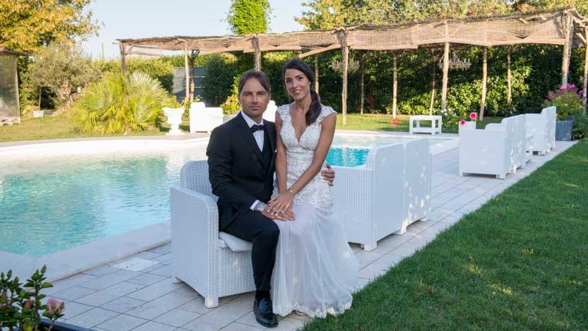 Sposi seduti a bordo piscina ai tre pizzichi di sale