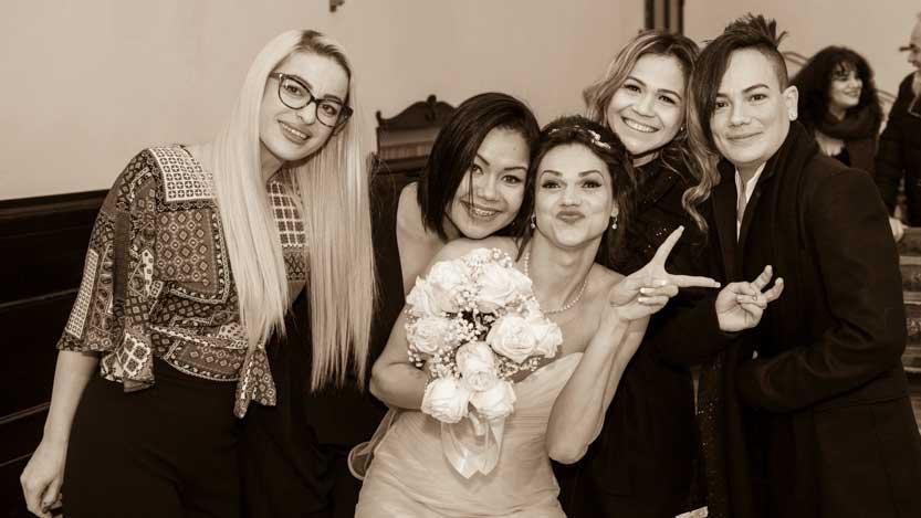 Foto di gruppo spontanea e divertente con sposa ed amiche