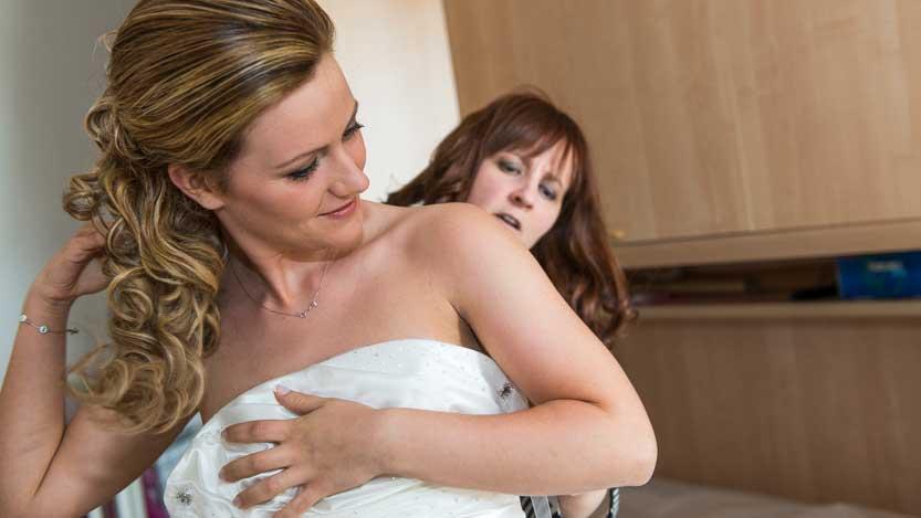 Fotografo sposa Chiara aiutata dalla mamma
