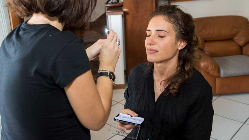 Fotografo sposa durante il trucco