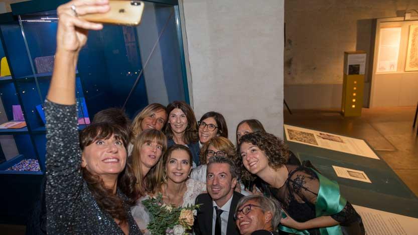 Gruppo amici ed il selfie con la sposa