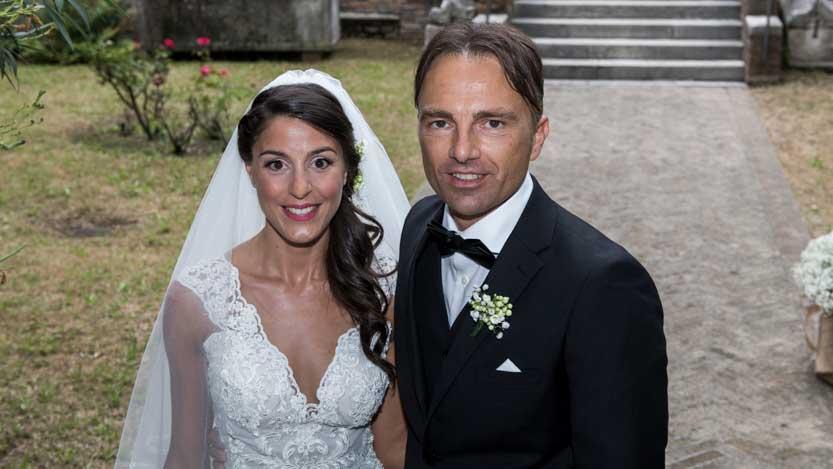 Il sorriso tirato della sposa Isabella prima di entrare in Chiesa