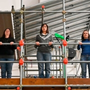 JeDeNSS-interpretano Svalutation tre ragazze nel campo prove 252x200