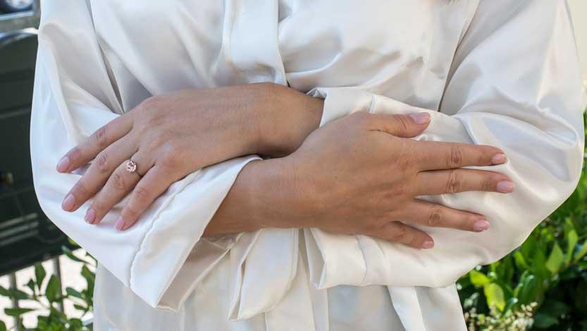 Mani curate della sposa con anello di fidanzamento