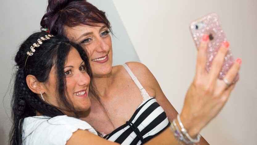 Selfie della sposa sorridente con la testimone