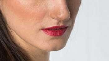 Labbra con rossetto rosso in tema natalizio