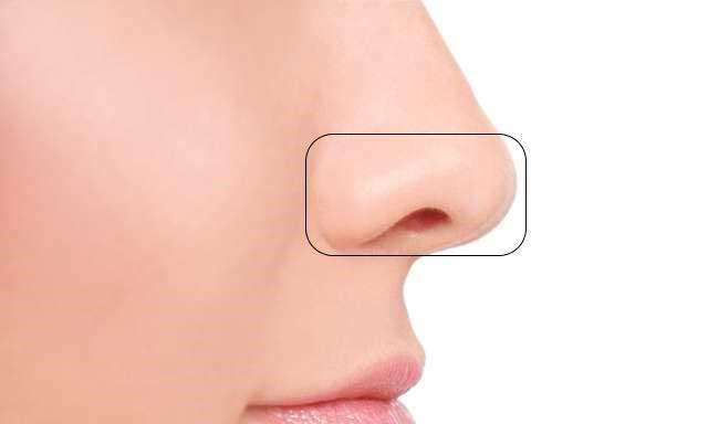 Tecnica makeup con ombra per ridurre dimensioni del naso