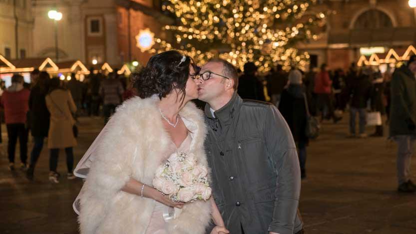 Alessandra e Daniele sposi si baciano in Piazza del Popolo