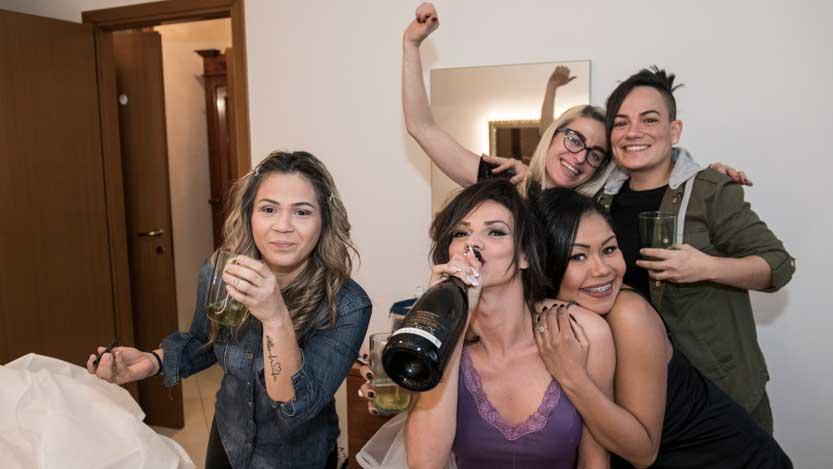 Brindisi ben augurante di gruppo tra sposa ed amiche