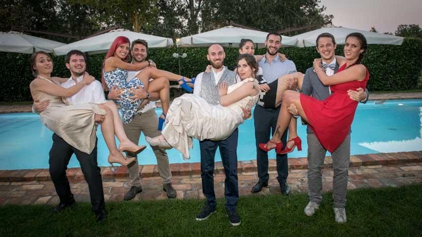 Giorgia e Gabriele sposi insieme a gruppo di amici