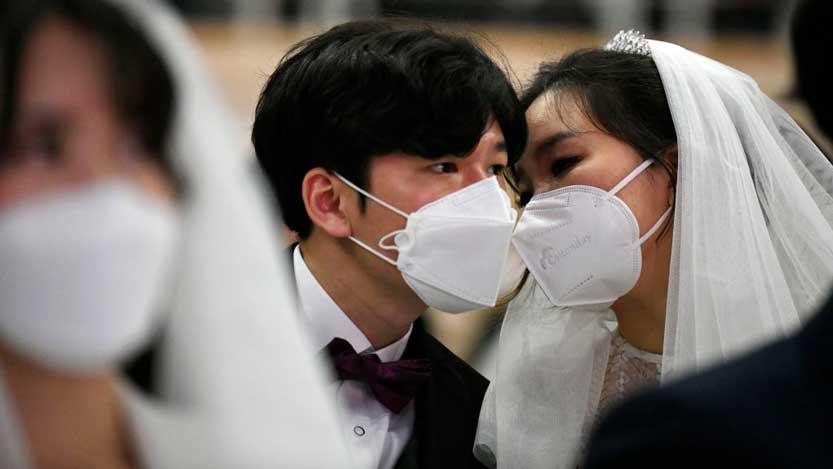 Coppie sposi cinesi con mascherina
