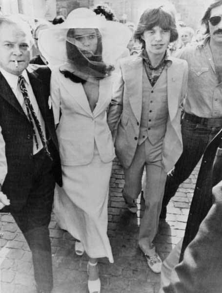 Bianca Jagger in abito bianco e Mick Jagger