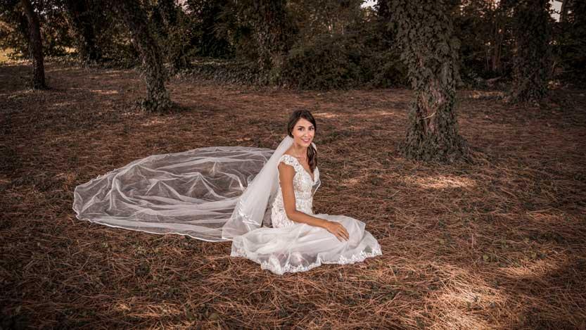 Foto matrimonio Isabella sposa seduta in un boschetto