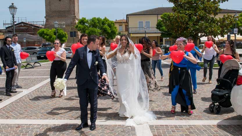 Foto matrimonio ballo di gruppo con sposi