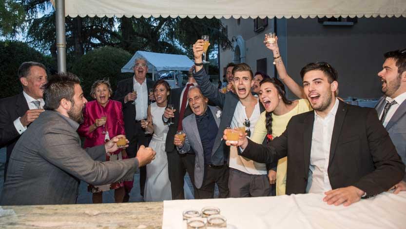 Foto matrimonio brindisi di gruppo con sposa e suocero