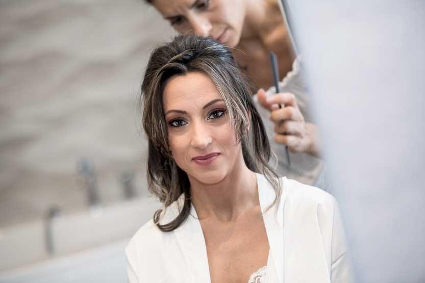 Foto sposa mentre viene acconciata