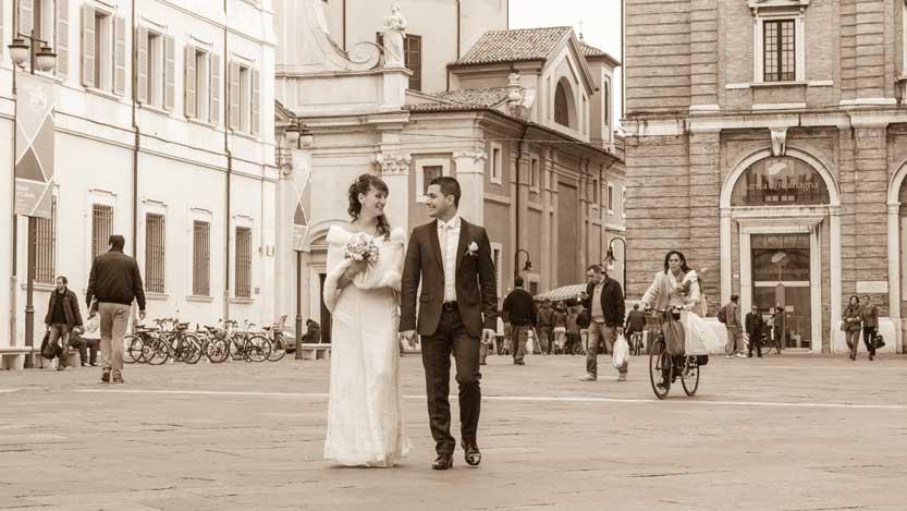 Fotografo matrimonio Ravenna Stefania e Pietro sposi in Piazza del Popolo