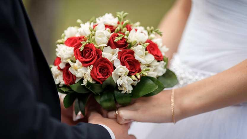 Matrimonio autunnale bouquet di rose bianche e rosse