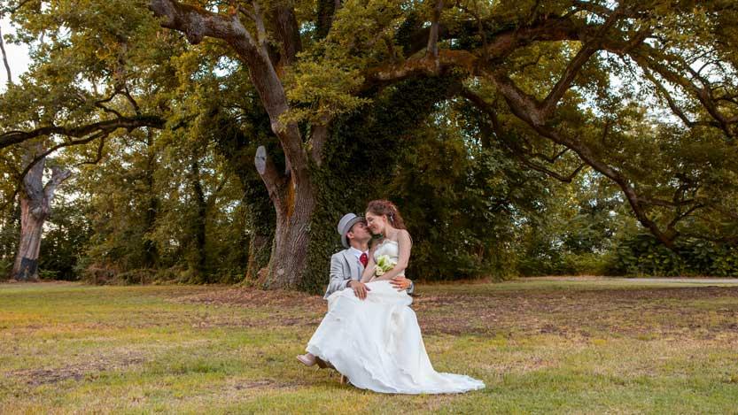Matrimonio autunnale coppia sposi sotto quercia secolare