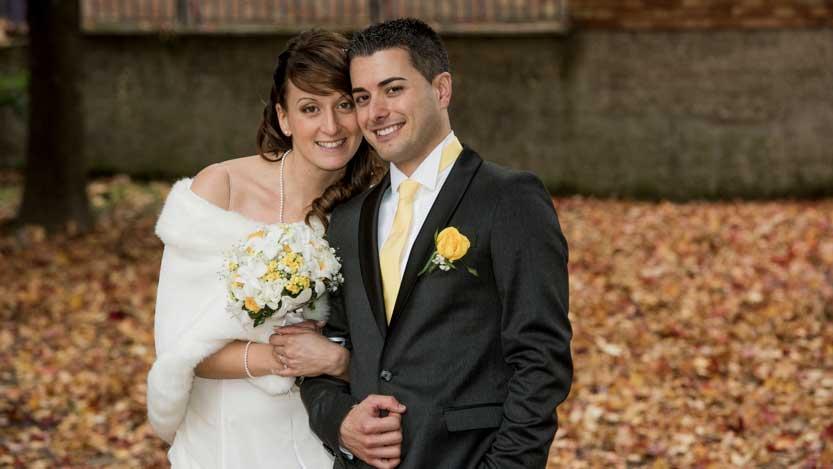 Matrimonio autunnale sposi a braccetto