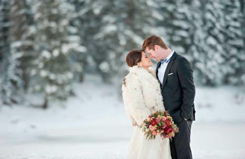 Matrimonio invernale coppia di sposi in mezzo alla neve
