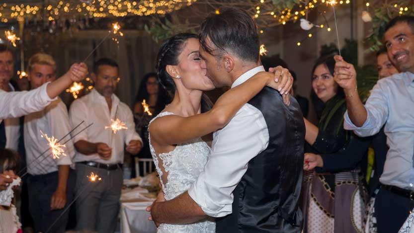 Matrimonio invernale sposi che si baciano