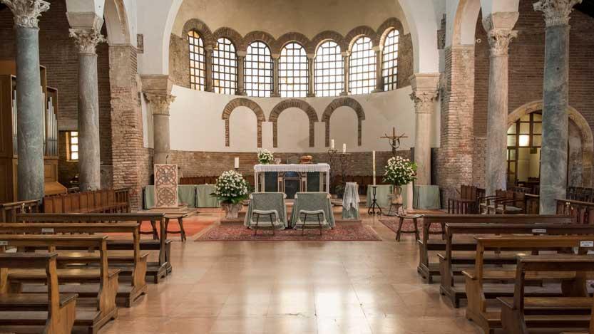 San Giovanni Evangelista con banco sposi davanti al altare