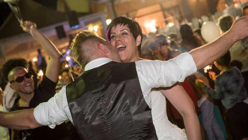 Sposi che ballano in mezzo agli amici