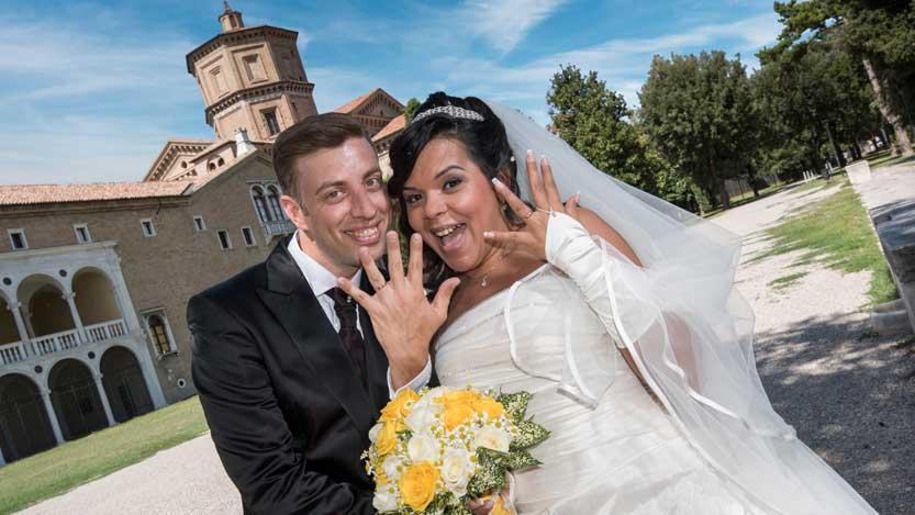 Sposi mostrano le fedi sfondo con Loggetta Lombardesca
