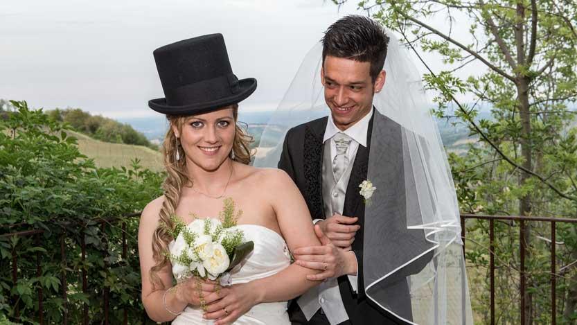 Sposo con velo sposa con bombetta